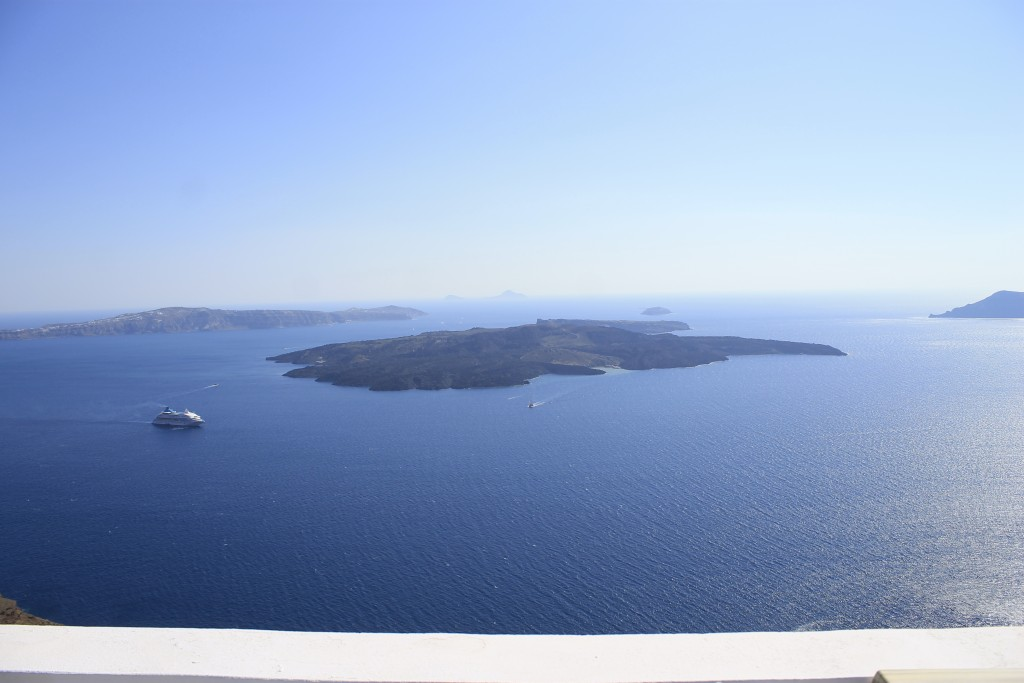 Organize a trip to the volcano of Santorini!