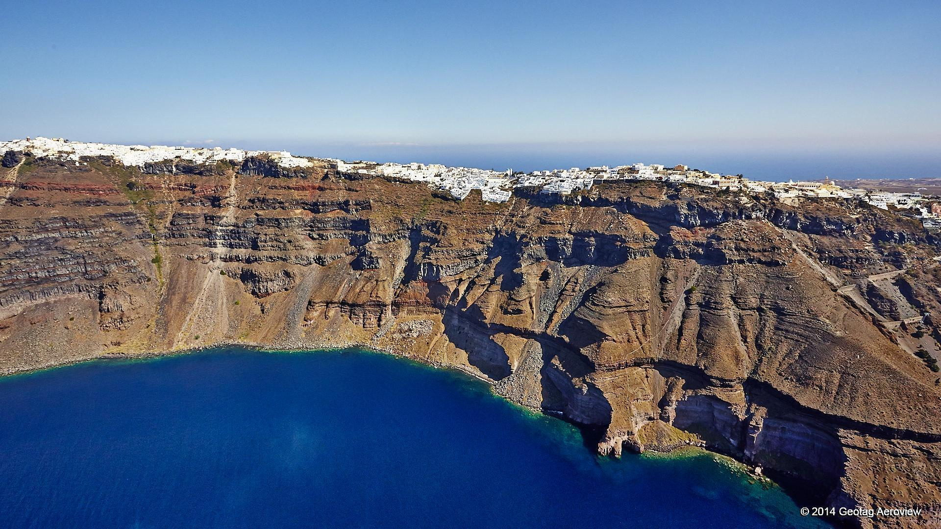 The impressive caldera of Santorini!